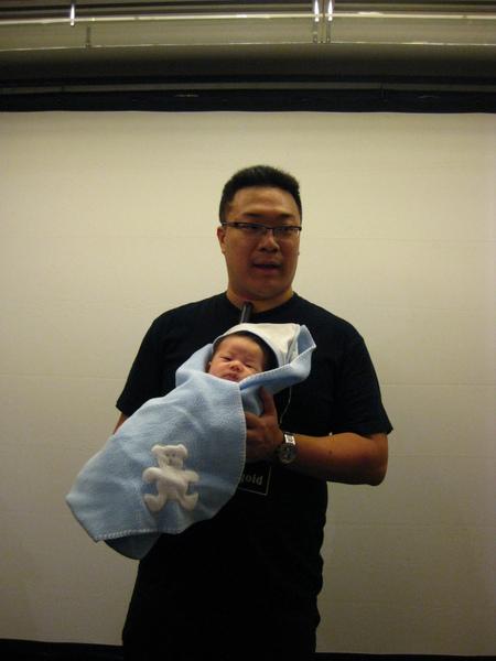 朱宅抱著朱寶寶問還有誰要合照
