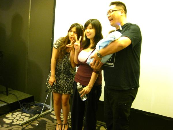 朱宅抱著朱寶寶旁邊是朱太太和某正妹