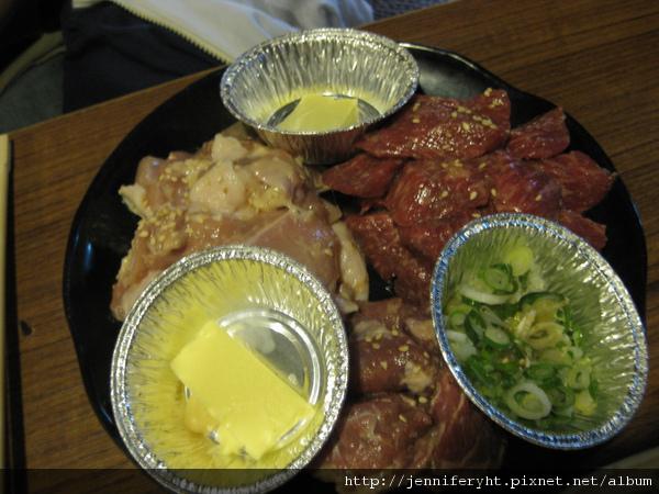 右上是角切牛肉,左上是雞腿肉,正下方忘了...