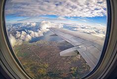 飞机窗口的看法在-色领域和云彩-78808166.jpg