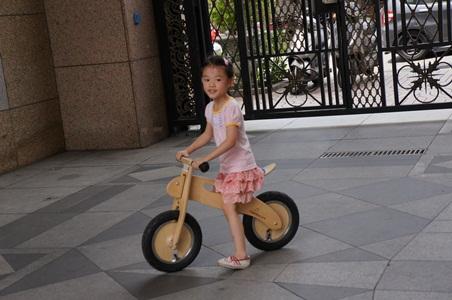 騎腳踏車玩泡泡041