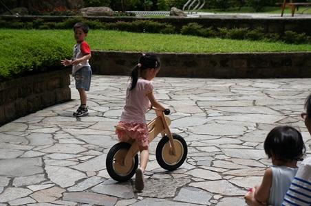 騎腳踏車玩泡泡048