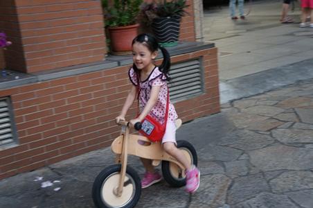 騎腳踏車玩泡泡060