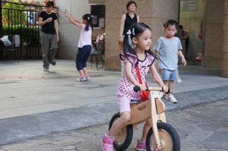 騎腳踏車玩泡泡068