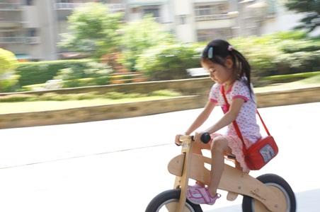 家中騎腳踏車001