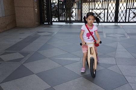 家中騎腳踏車052