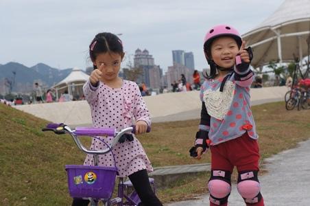 大佳騎腳踏車溜冰3