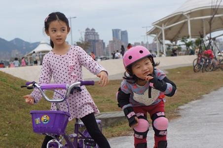 大佳騎腳踏車溜冰2