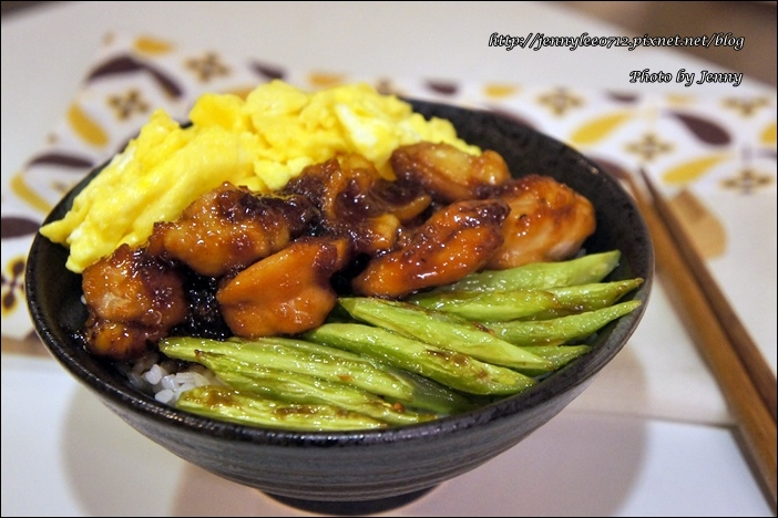 三色雞肉丼4