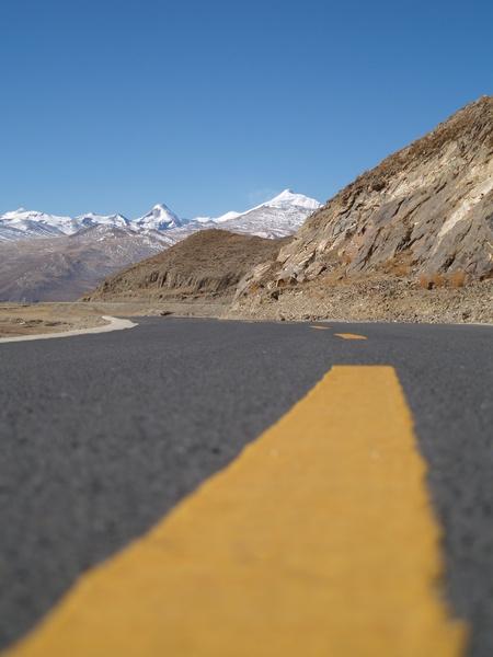 遠眺雪山的公路