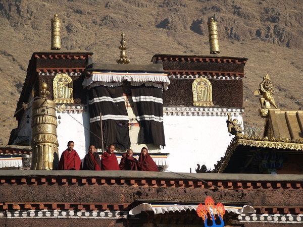 扎什倫布寺的和尚曬太陽
