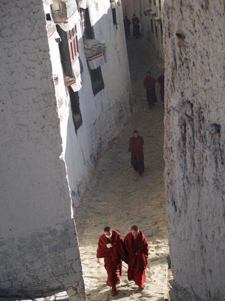 扎什倫布寺的和尚走著