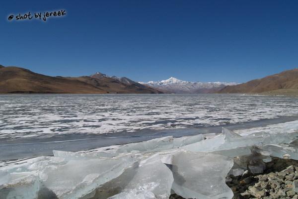 冬季結冰的聖湖-羊卓雍措