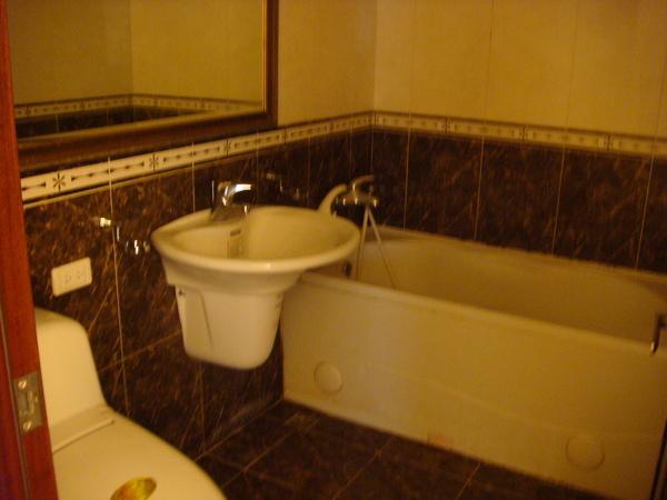原本的衛浴.JPG