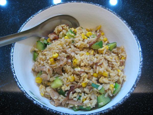 晚餐-小黃瓜玉米肉絲蛋炒飯