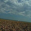 藍天、白雲、石灘與海鷗