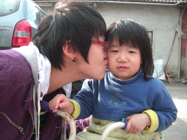 索吻不成就自己來~~QQ的表情真無奈~哈!