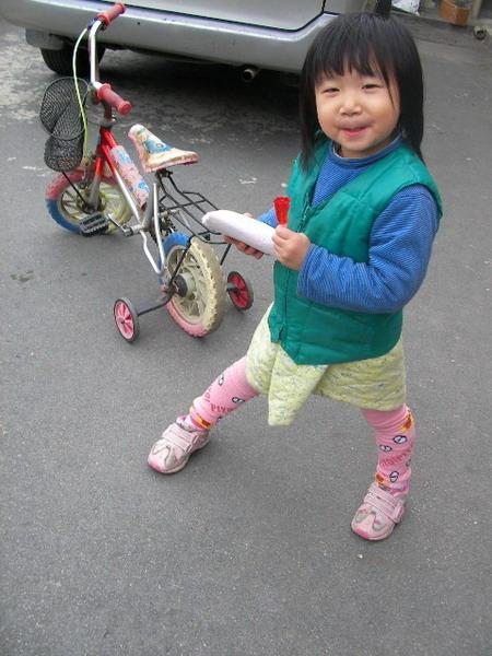 這小妞很滿意她抽到的禮物喲!