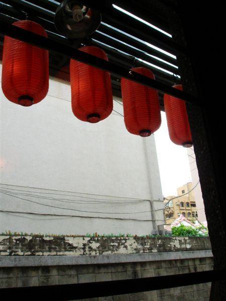 從屋內拍出去...有紅燈籠