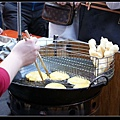 鍋子裡的是蕃薯碰,架上是白糖粿