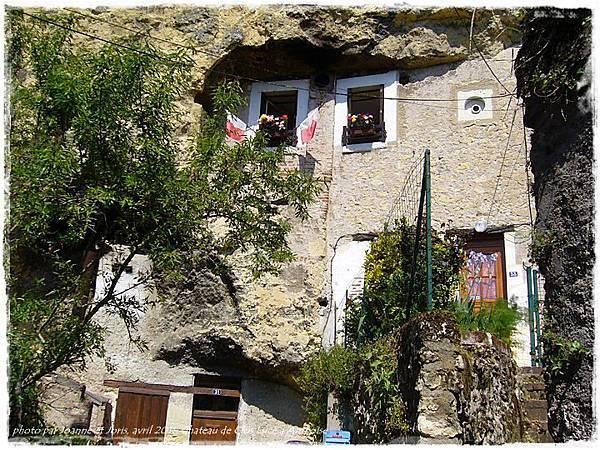 1 maison dans la roche