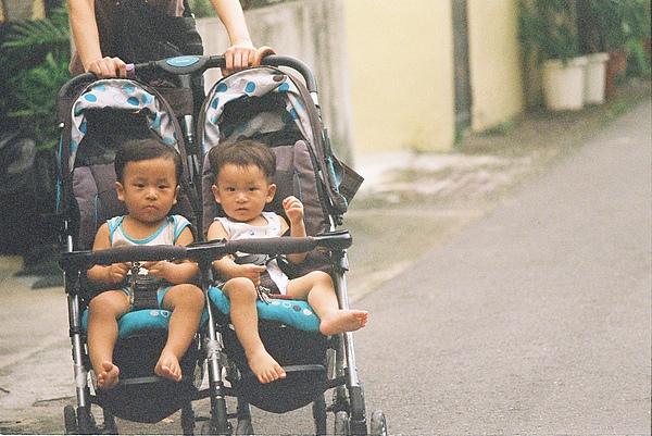 應該是雙胞胎的樣子 很少看到這樣的嬰兒車