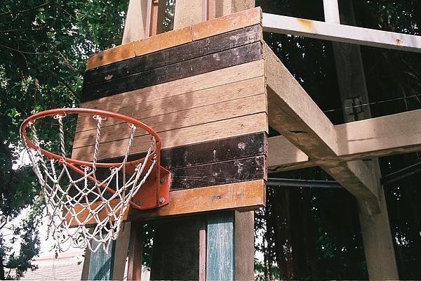 自己手工的籃球架,到現在也依然堅固。