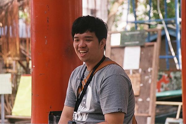 拍郎和他的FM2非常開懷的笑著