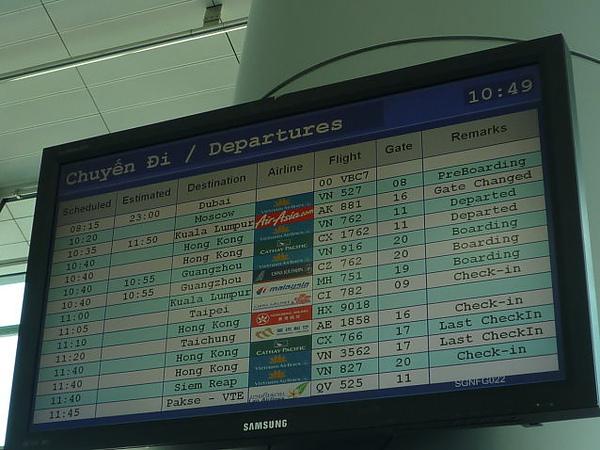 P1020530 倒數第二個就是我們的班機時間第二個就是<br /> <br /> <br /> 到達Siem Reap 機場蓋得有點像度假村<br />  <a href=