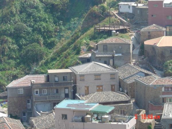 馬祖南竿牛角村的閩東濱海建築的人字坡(前) 及五脊四坡(後)