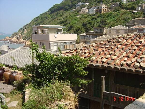"""南竿牛角村""""依嬷的店""""附近, 屋頂有文章"""