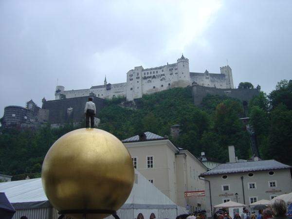 薩爾茨堡城鎮上的行動裝置藝術, 有人站在金球上, 有點驚悚氣氛.JPG