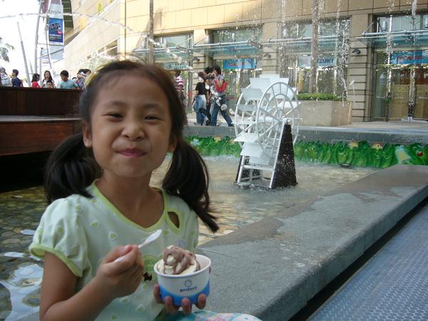 來吃冰淇淋吧, 嗯.....真好吃