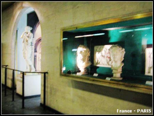 Metro_Louvre Rivoli2.jpg