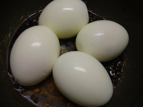 步驟二放入水煮蛋