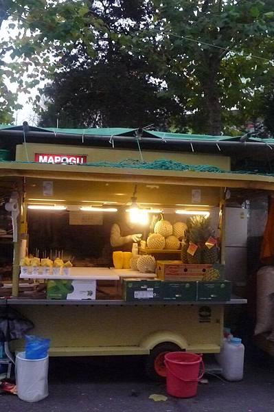 弘大街上賣鳳梨的攤車