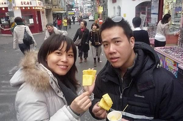 弘大街上吃鳳梨1