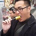 弘大街上吃鳳梨2