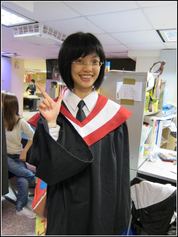 我也換好裝了,這是第一次穿學士裝