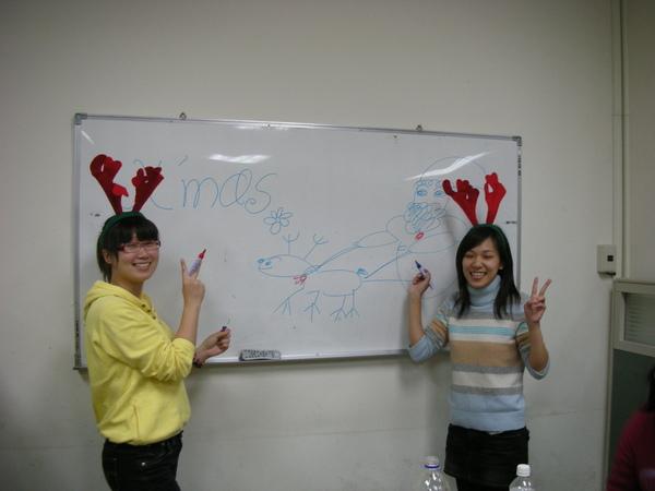 畫白板的兩人