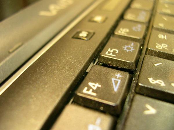 位於F4的鍵盤卡榫
