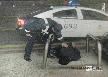 男子酒後向警飆罵還出拳 被送辦