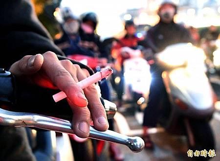 騎機車、開車抽菸罰600元 7月1日實施
