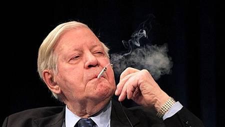施密持日抽60支菸 囤4萬支、要抽到百歲