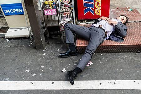 英國攝影師拍下日本早晨「街道醉漢」-132887.jpg
