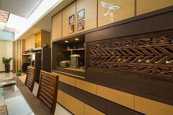 展示收納兼具的餐具櫃