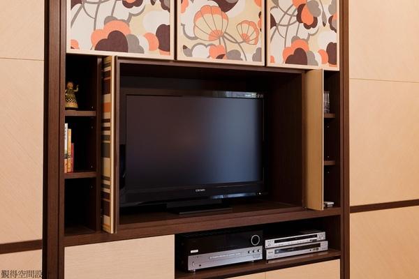 主臥房隱藏式電視櫃
