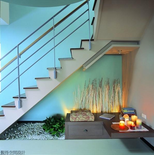 覲得-樓梯下畸零空間的花園.jpg