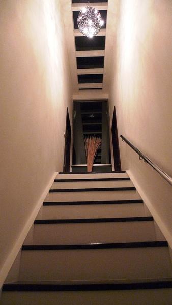 通往二樓房間的樓梯