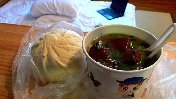 民宿老闆娘專程幫我買的卑南豬血湯
